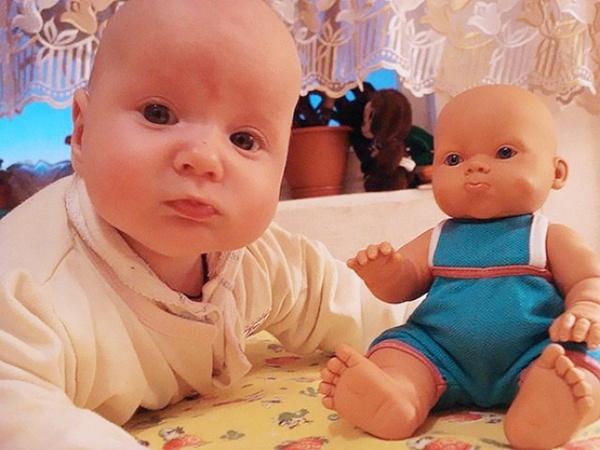 Oyuncak bebeklerine benzeyen çocuklar