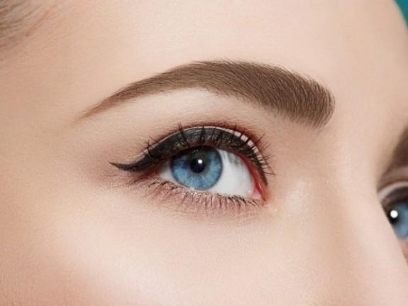 Herhangi Bir Ürün veya Ev Çaresi Kullanmadan Gözlerinizi Güzelleştirmenin 6 Yolu