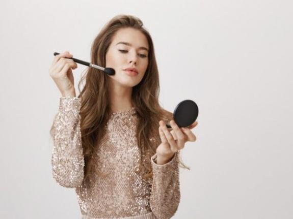 Yağlı Cilde Sahip Her Kızın Bilmesi Gereken 6 Temel Makyaj İpucu