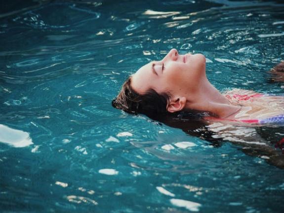 Yüzücü Kulağı Hastalığı(Otitis Externa): Nedenleri, Belirtileri, Risk Faktörleri, Tanı ve Tedavi