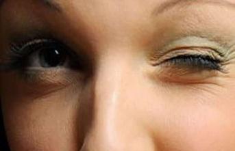Göz Seğirmesi: Belirtiler, Sebepler ve Doğal Çözümler