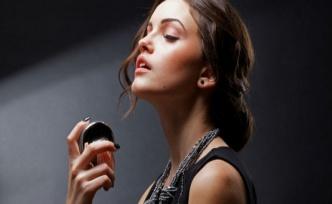 Parfüm Kullanmanın 10 Şaşırtıcı Faydası